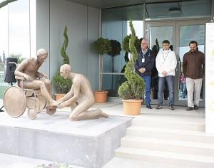"""Sculptorul mediesean Péter Madaras a realizat statuia """"Arta ingrijirii""""."""