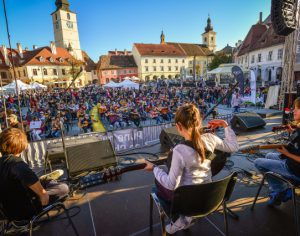 Sute de chitaristi canta azi la Sibiu